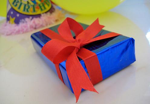 Geschenk (Bild:  h0lydevil/Flickr)