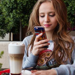 Bild: Frau mit Smartphone